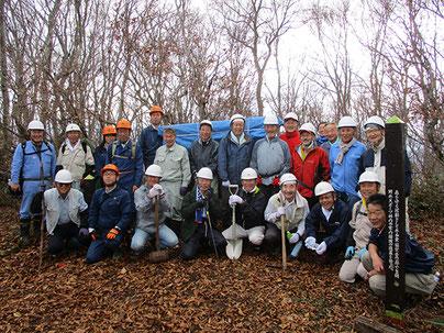 (2015年11月:十日町市 当間山での、みどりのボランティア)