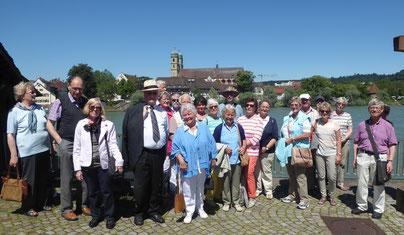 Eine Gruppe des GHV mit Pfarrer Kurt Müller und  Stadtführer Karl Braun (rechts), im Hintergrund das Fridolinsmünster