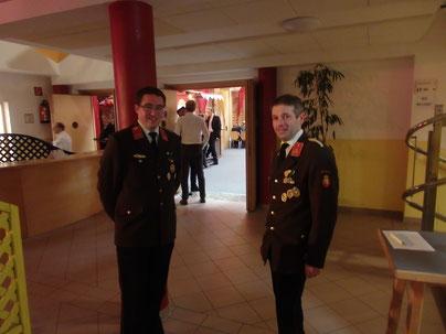 Der Kommandant und sein Stellvertreter begrüßen die Besucher.
