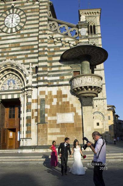 In Italien wird traditionell sonntags geheiratet - Hochzeitspaar vor der Kirche