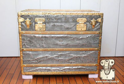 Louis Vuitton courier trunk in zinc and brass Year: 1889  Brass borders and corners  Professional trunk for extreme expeditions, dating from 1889. The holy grail of any collector. Discover its catering at malle2luxe. Lock: Anti return - 2 grooves  Dimensi