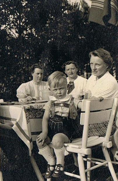 Drei Tanten mit Hannes am sommerlichen Flugfeld Loddenheide