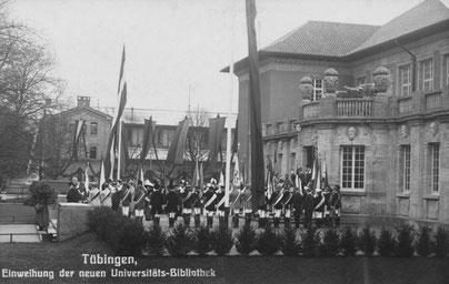 21. November 1912: die Einweihung des Bonatzbaus, des ersten eigenen Gebäudes der Universitätsbibliothek. Burschenschaften stehen Spalier. Bild: Haus der Geschichte Baden-Württemberg, Sammlung Gebr. Metz.***