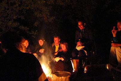 jouer et chanter ensemble autour du feu