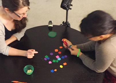Zwei Studentinnen beim PORTL spielen