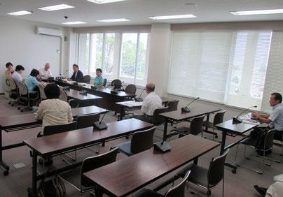 古賀市議会文教厚生委員会での請願審査の模様(請願者が意見陳述)