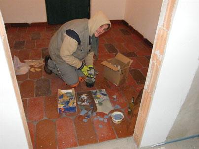 Die Mosaike werden im Boden verlegt.