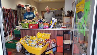 Thomas, Jens und Dieter freuen sich über die Spenden für die Tiertafel RheinErft e.V.