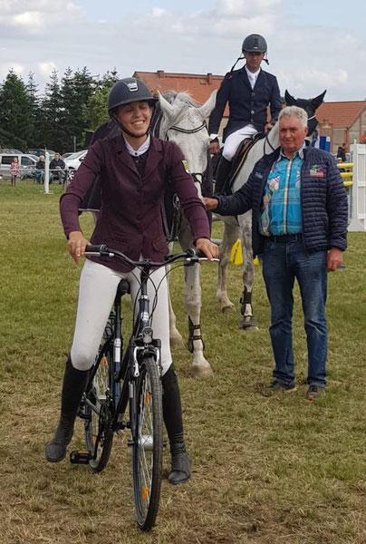 Joan Wecke probiert das gewonnene Fahrrad aus. Dahinter Lutz Gotzel und Dirk Holländer. Foto: Alpha-Report
