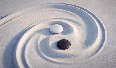 Yin und Yang im Sand aufgemalt