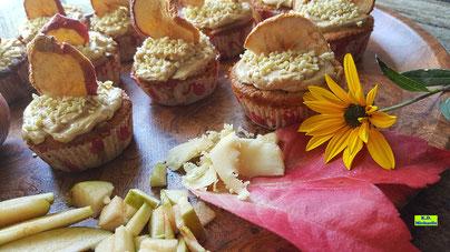 Rezeptvorschau auf ein Backrezept aus Dinkel-Dreams 3 für selbstgebacken Apfel-Marzipan-Cupcakes mit Honig-Zimt-Topping