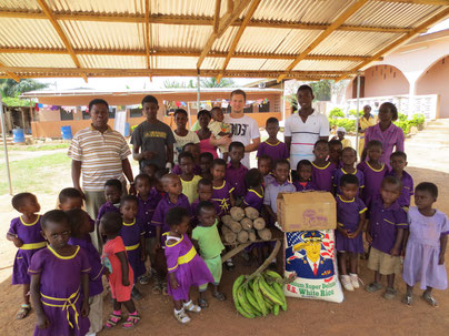 Kinder beim Freiwilligendienst in dem Waisenhaus oder Waisenheim