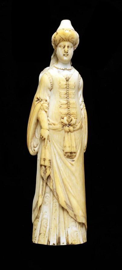 Schnupftabakreibe aus Elfenbein in Form einer Dame in türkisch anmutender Tracht, so wie man sie sich im westlichen Europa vorstellte.