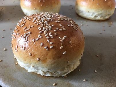 Hamburger Brötchen fertig gebacken auf dem Zauberstein