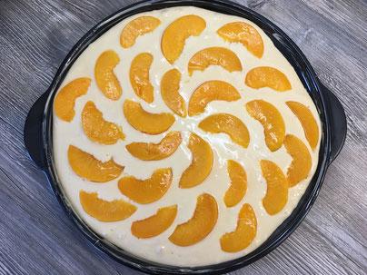 Rhrkuchenteig mit Pfirsichen auf dem Grillstein