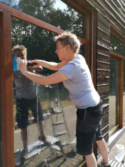 Sonnenschutzfolie an der Balkonverglasung eines Privathauses