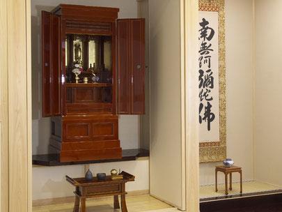 仏間にもすっきり納まるお仏壇です。春慶塗りなのでお手入れも簡単です。