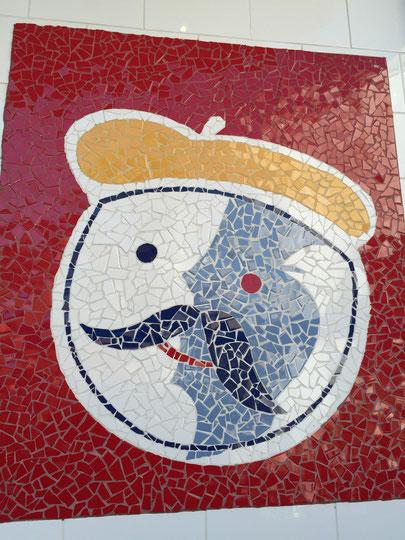 タイルを割って作るモザイク画のおじさん ハリウッドにあるファストフード店で見つけました