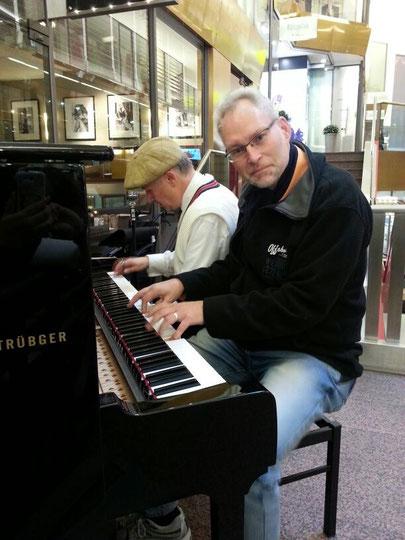 """Mein Freund Christian Christl spielte mit mir zwei kleine """"Stückchen"""" im Alstertaler Einkaufszentrum in Hamburg - hat Spass gemacht!"""