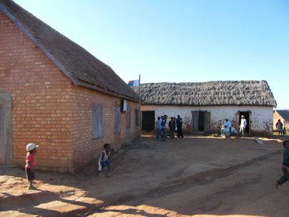 L'école  de Mangarano à gauche et la bibliothèque au fond aménagée en 2008
