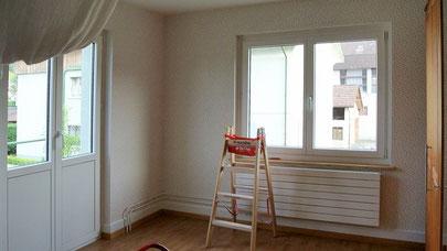 Montage der Tapete um Heizkörper und Fenster