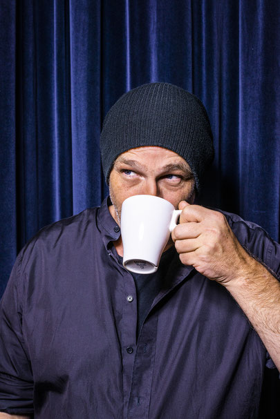 Torsten Sträter, Kabarettist, Coemdian, Komiker, Comedy, Künstler, Künstlerportrait, Kaarst, GBG, Kabarett, 3k, 3k Kabarett Kaarst, portrait, Kaffee, Kaffeetasse, Mütze,