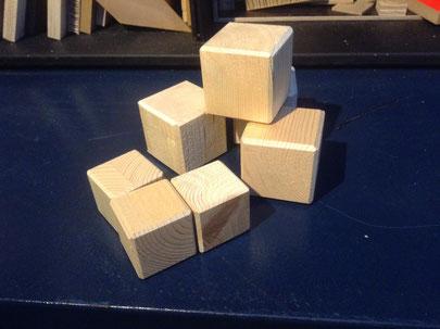 Holzwürfel  Kantenlänge  4 - 6cm /  -.80 bis 1.50 .- / Stück