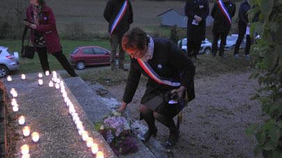 Jacqueline Picart, maire déléguée, dépose une gerbe de fleurs.