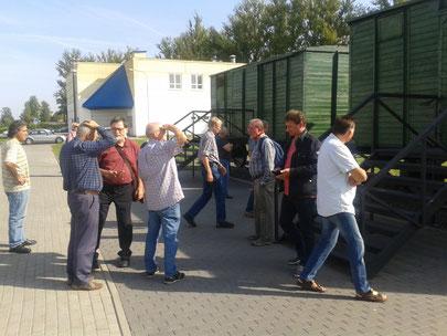 Als Gedenken zwei Transportwagen. In diesen Wagen wurden die Juden aus Bremen und Hamburg nach Minsk transportiert und hier ermordet.