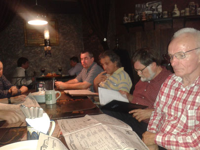 Gemeinsames Abendessen. Die Speisekarte, nicht ganz einfach wenn man die kyrillisch Schrift nicht beherrscht.