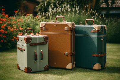 観葉植物のグリーンのつるでかたどられたハート形。ハート形のなかにミニチュアの飛行機、バス、地球、カメラ、トランクケース。