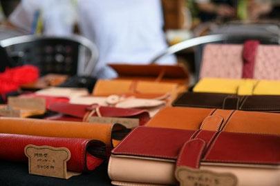 革製品の出店風景