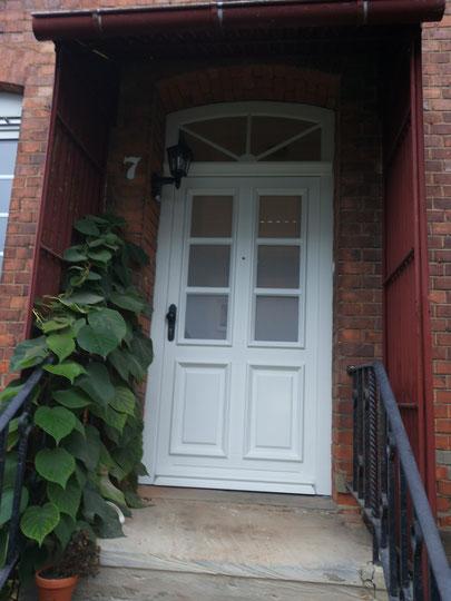 Haustür mit Stichbogen-Oberlicht