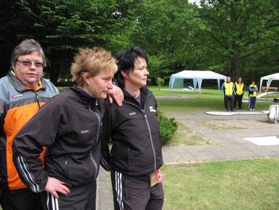 von links: Frauke Eilts (Olching), Bianca Oberweg und Sandra von dem Knesebeck warten auf den Zieleinlauf von Nicole Pichotta