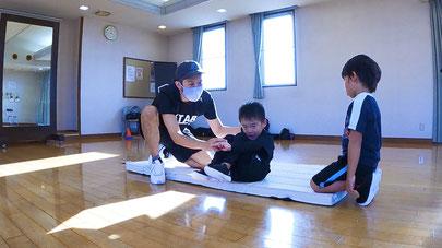熊本で唯一のリズム感アップ運動知育教室スターアカデミーの跳び箱を使ったレッスンの様子