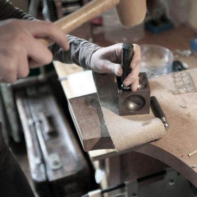 Stage reconversion professionnelle bijouterie, cours, apprendre la bijouterie, work-shop, atelier, cours particuliers réguliers, apprendre à fabriquer un bijou en argent, formation longue, apprentissage avec un artisan, formation complète - Nelly Chemin -