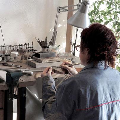 Stage sur-mesure, fabriquer son bijou, apprendre la bijouterie avec un artisan, cours, work-shop, atelier, cours particuliers, apprendre à fabriquer un bijou en argent, techniques joaillerie - Nelly Chemin - bijoux contemporains, Rhône-Alpes