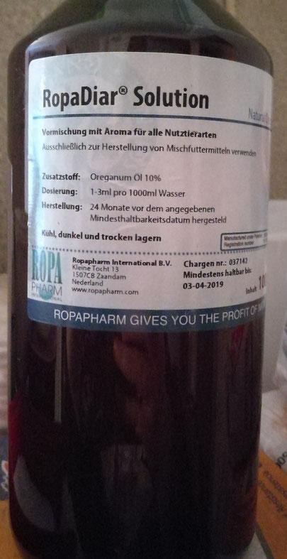 Einmal in der Woche bekommen unsere Zwerge 10%, wasserlösliches Oreganoöl ins Wasser. Oregano ist ein natürliches Mittel gegen Darmparasiten wie Kokzidien. Frisch wäre es natürlich am besten, aber da bräuchte ich eine Oreganofarm bei der Masse =)