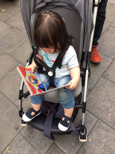 Viajando segura (con cinturón de seguridad y un libro en las manos), Nora va.