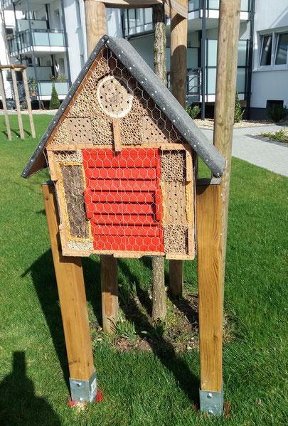 GE1 kombinierte Wildbienenbrutstätte u. Überwinterhilfe für Schmetterlinge, Marienkäfer sowie Florfliegen