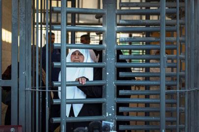 Palæstinensere passerer et militært check-point, som adskiller Ramallah fra Jerusalem