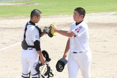 準々決勝を勝ち、グラブタッチをする原田(右)と毛利の鷹羽バッテリー