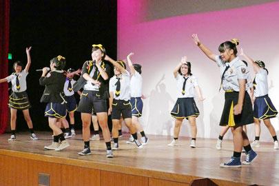 ダンスパフォーマンスを披露するAED48isg=11日午後、市民会館中ホール