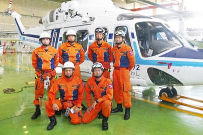 先輩機動救難士と記念撮影する安岡さん(手前左)=29日午後、石垣航空基地