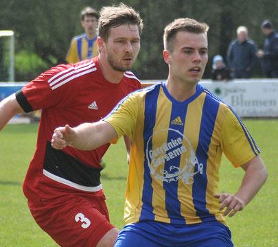Gelb-blau trägt Thorben Dirks (hier gegen Logas Wilko Modder) auch in der anstehenden Saison - allerdings dann beim VfL statt beim TuS Weener.