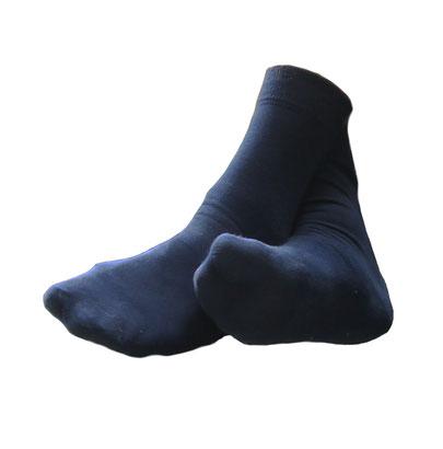 blaue Socken, freigeschnitten, an Alex' Füßen