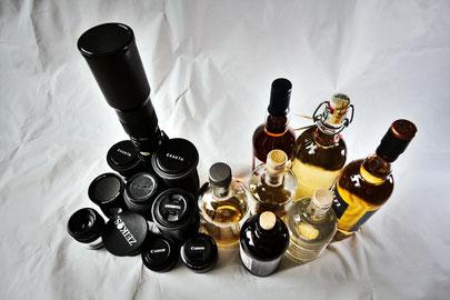 Mehrere Objektive und Flaschen