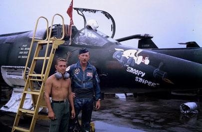 """""""Snoopy Sniper"""" l'F-104C del Maj. Herb Drisko (in tuta di volo)."""