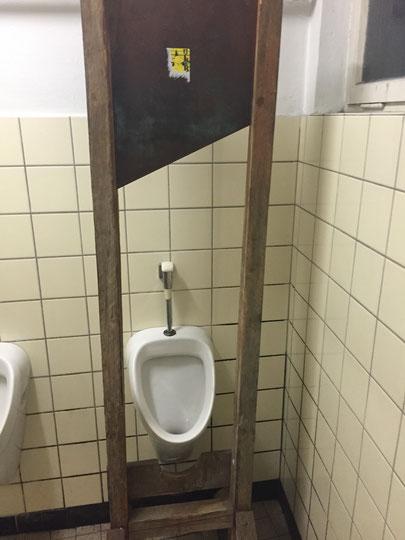 Guillotine auf der Herrentoilette