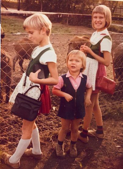 Babette links mit Schwestern